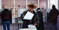 Бишкектеги участкада шайлоого катышкан киши. Архивдик сүрөт