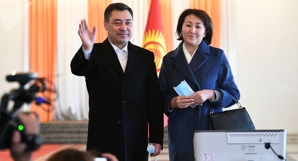 Кандидат в президенты Кыргызской Республики Садыр Жапаров с супругой Айгуль Жапаровой после голосования