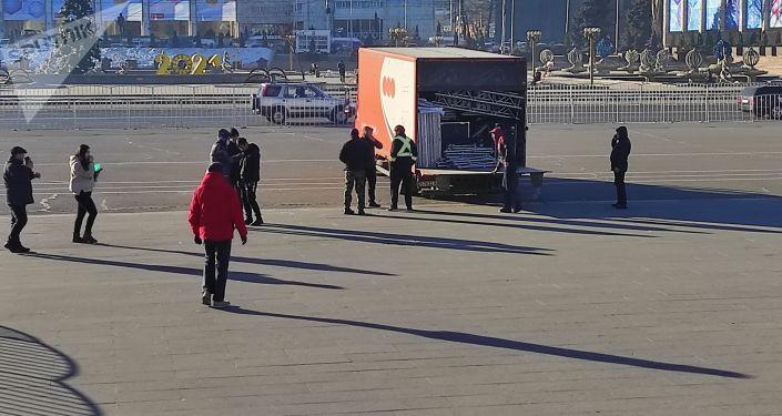 Неизвестные люди привезли на площади Ала-Тоо в Бишкеке еду и музыкальную технику, сообщает корреспондент Sputnik Кыргызстан с места событий