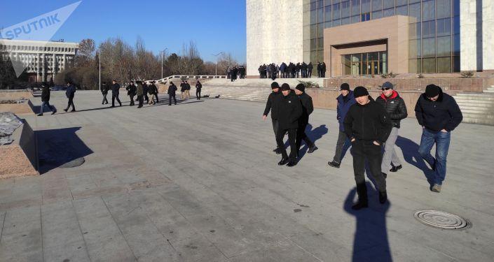 В центре столицы собрались около 50 молодых мужчин спортивного телосложения, некоторые с металлодетекторами. Они отказываются представляться.