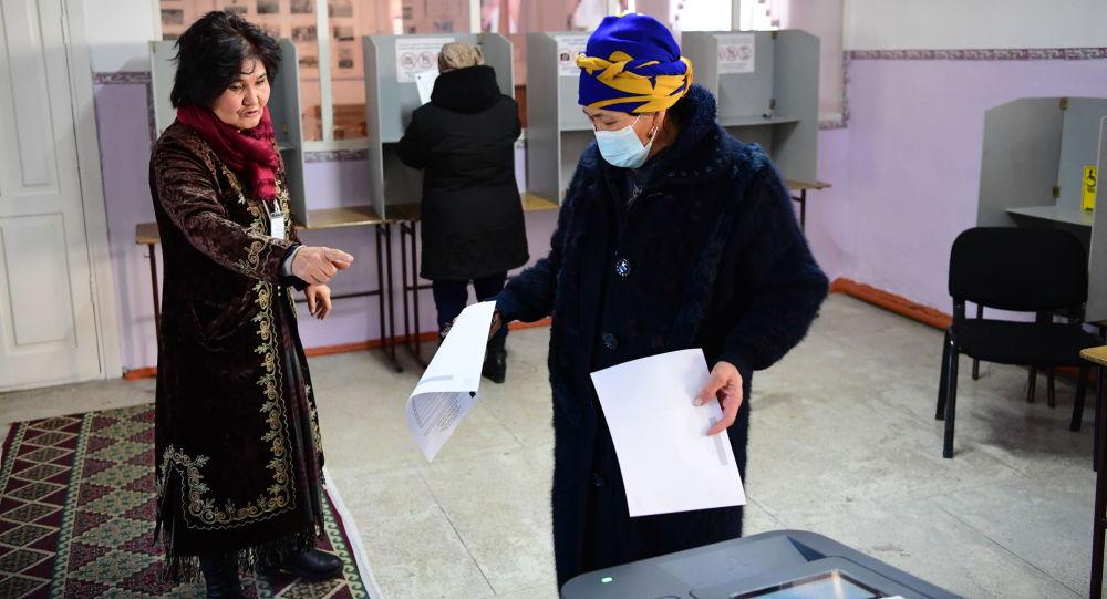 Женщина на одном из избирательных участков в Бишкеке во время голосования