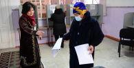 Добуш берүү учурунда Бишкектеги шайлоо участкасында аял