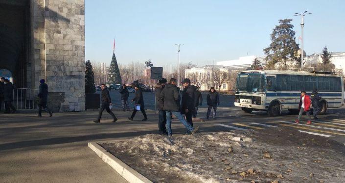 Площадь Ала-Тоо в центре Бишкека перекрыли с двух сторон