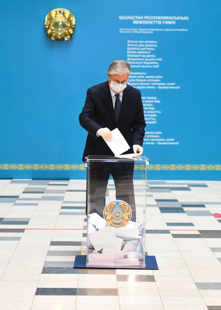 Президент Казахстана Касым-Жомарт Токаев на избирательном участке №57 во Дворце школьников в Нур-Султане во время голосования на очередных выборах в мажилис (нижняя палата) парламента и маслихаты (местные представительные органы власти) Казахстана.