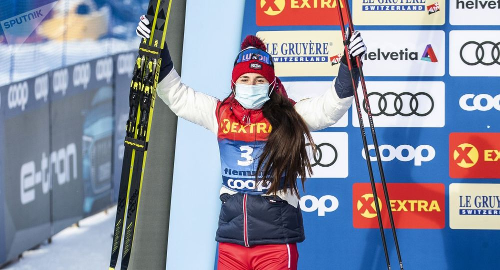 Российская лыжница Юлия Ступак занявшая второе место в общем зачете на соревнованиях по лыжным гонкам Тур де Ски среди женщин в итальянском Валь-ди-Фьемме, на церемонии награждения