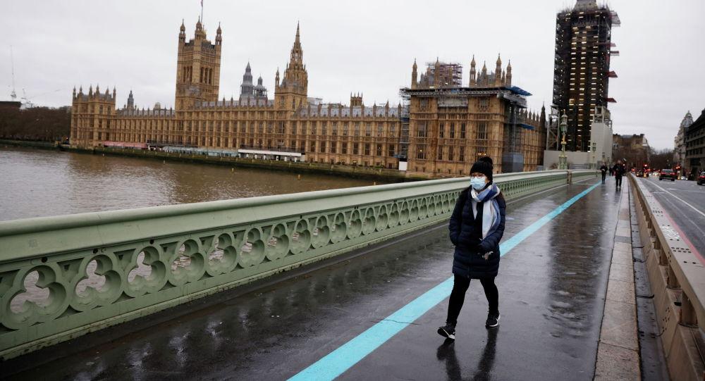 Лондондогу Вестмин көпүрөсүнөн өтүп барат аял. Архивдик сүрөт