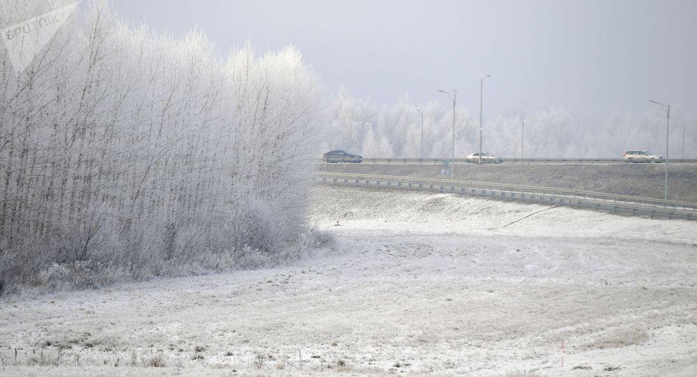 Автомобили на заснеженной дороге. Архивное фото