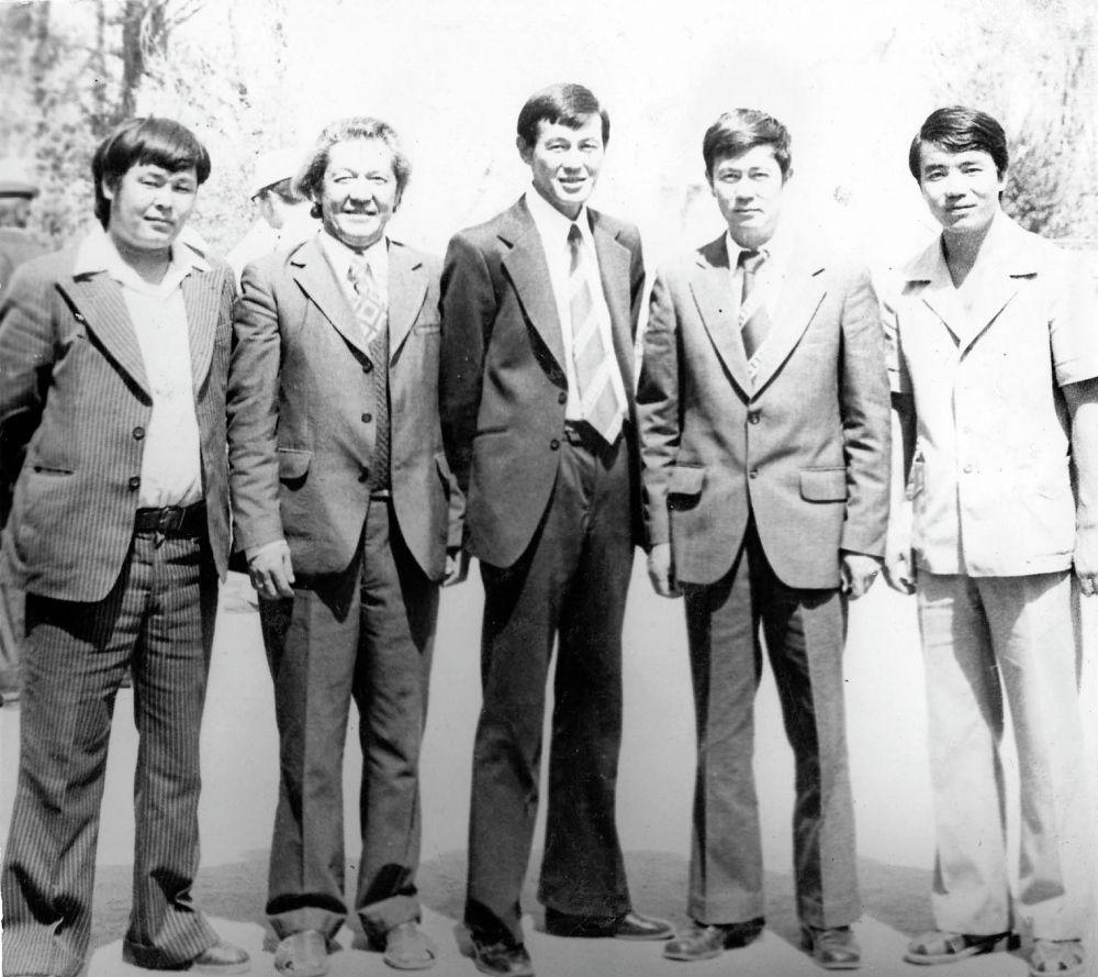 Оңдон биринчи Кыргыз эл артисти Түгөлбай Казаков, ал эми үчүнчү болуп турган Рыспай Абдыкадыров