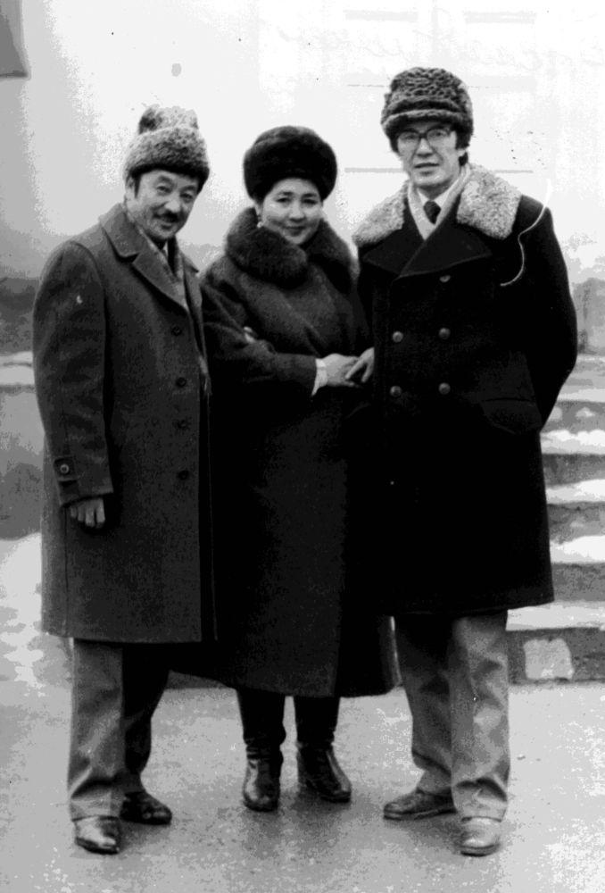 Солдон оңго: обончу Калыйбек Тагаев, Рыспай Абдыкадыровдун жубайы Давлет Сманова жана обончунун өзү