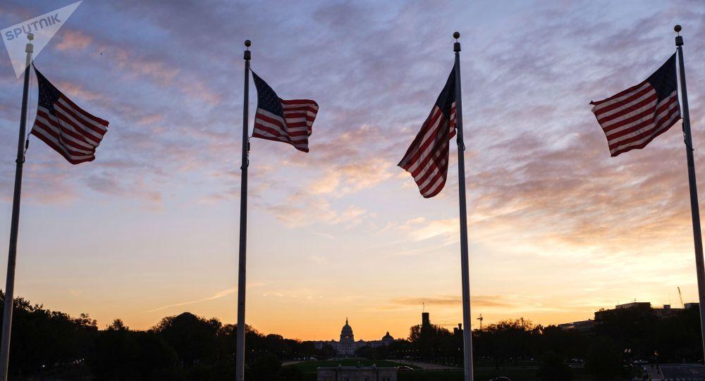 Флаги США около монумента первому президенту США Джорджу Вашингтону в Вашингтоне. Архивное фото