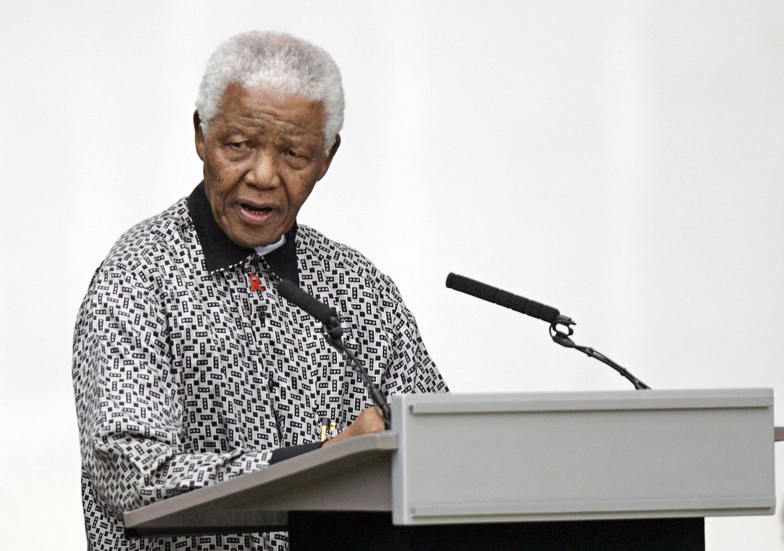 Бывший президент Южной Африки Нельсон Мандела обращается к собравшимся высокопоставленным лицам и представителям общественности на Парламентской площади в центре Лондона. 29 августа 2007 года