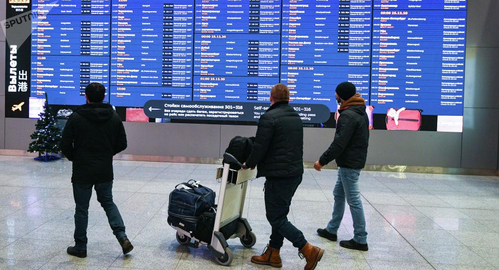 Эл аралык аэропорттун учуу залындагы жүргүнчүлөр. Архив