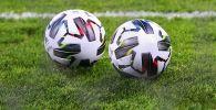 Футбольные мячи на поле стадиона. Архивное фото