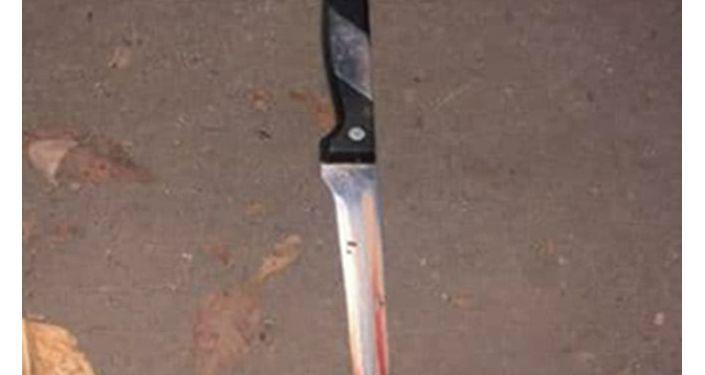 Задержанный показал, что кухонный нож (орудие убийства) он спрятал под будкой, где ремонтировали обувь, недалеко от дома