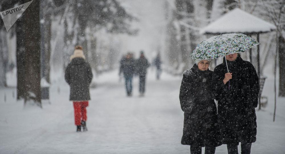 Бишкектин Эркиндик проспектинде кишилер