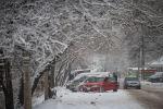 Автомобили припаркованные на одном из улиц Бишкека во время январского снегопада