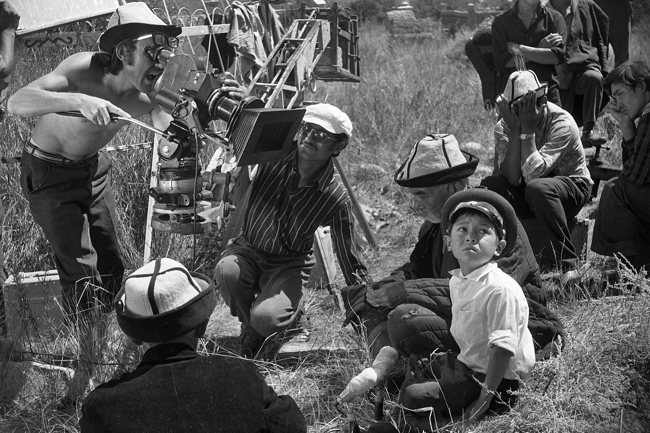 Фотография семилетнего актера Нургазы Сыдыгалиева в окружении съемочной группы была сделана в 1974 году на кладбище в селе Орто-Орукту Иссык-Кульской области.