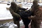 По данным ГКНБ 13 января в Бишкеке был задержан активный член ОПГ Алтынбек Ибраимов, по прозвищу Алтуха. Он занимает одну из ключевых позиций в преступной иерархии. Его водворили в изолятор временного содержания ИВС СИЗО ГКНБ. Ведется следствие.