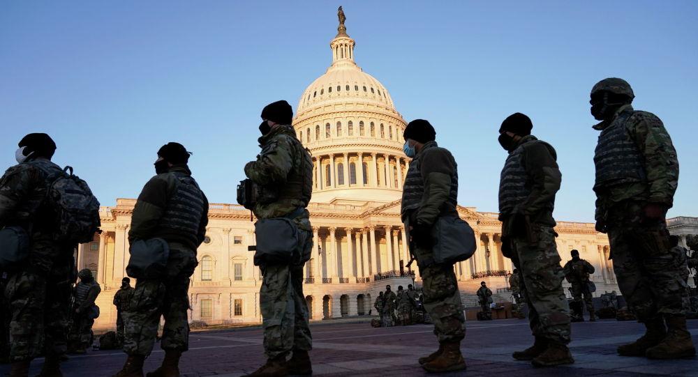 Военнослужащие Национальной гвардии США у здания Капитолия в Вашингтоне, во время рассмотрения палатой представителей вопроса об импичменте президенту США Дональду Трампу. 13 января 2021 года