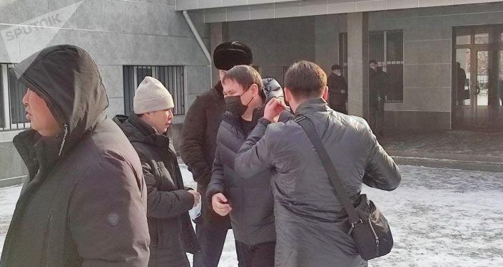 На суде, где рассматривается уголовное дело бывшего президента Кыргызстана Алмазбека Атамбаева, митингуют его сторонники