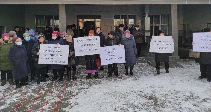 По словам корреспондента Sputnik, собрались примерно 50 человек в его поддержку. Они разместились у здания Первомайского районного суда и в фойе здания