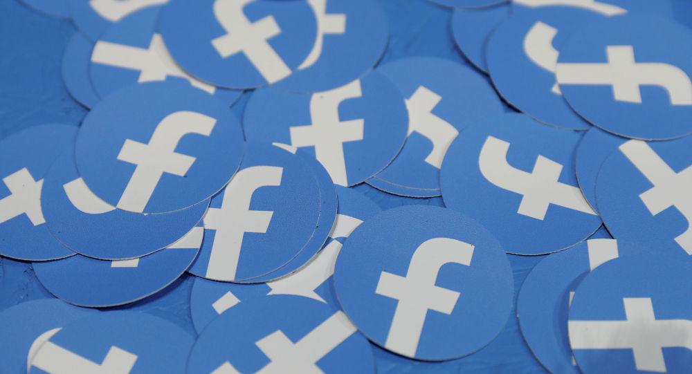 Наклейки с логотипом Facebook. Архивное фото
