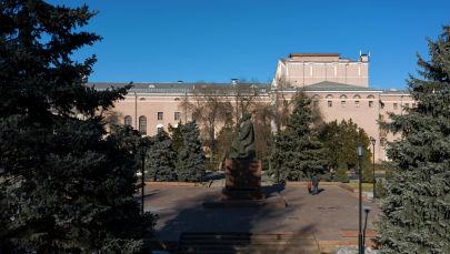 Бишкектеги Токтогул Сатылгановтун эстелиги. Архивдик сүрөт