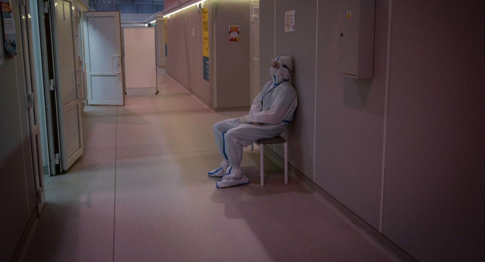 Медицинский работник в СИЗ в холле госпиталя для больных COVID-19