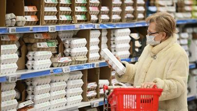 Покупательница выбирает упаковку яиц в гипермаркете. Архивное фото