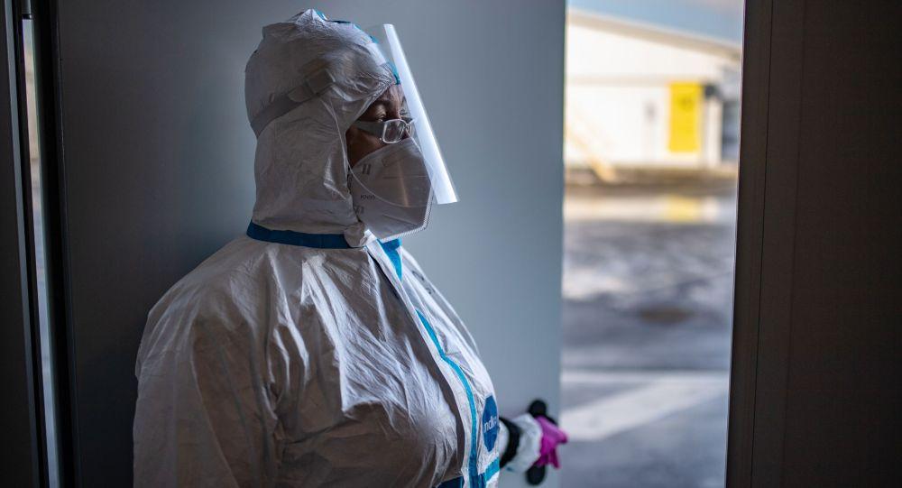 Медицинский работник в приемном отделении госпиталя для больных COVID-19. Архивное фото