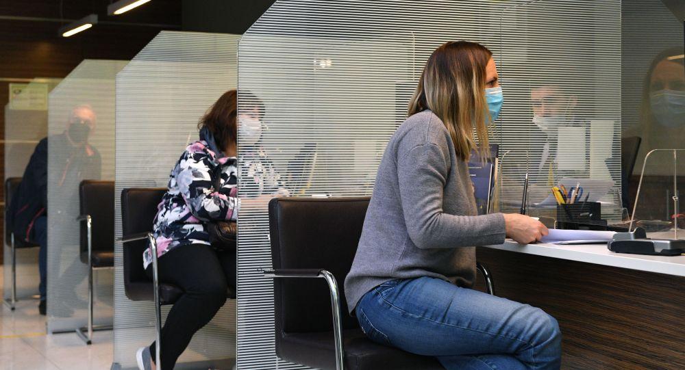 Посетители в отделении банка. Архивное фото