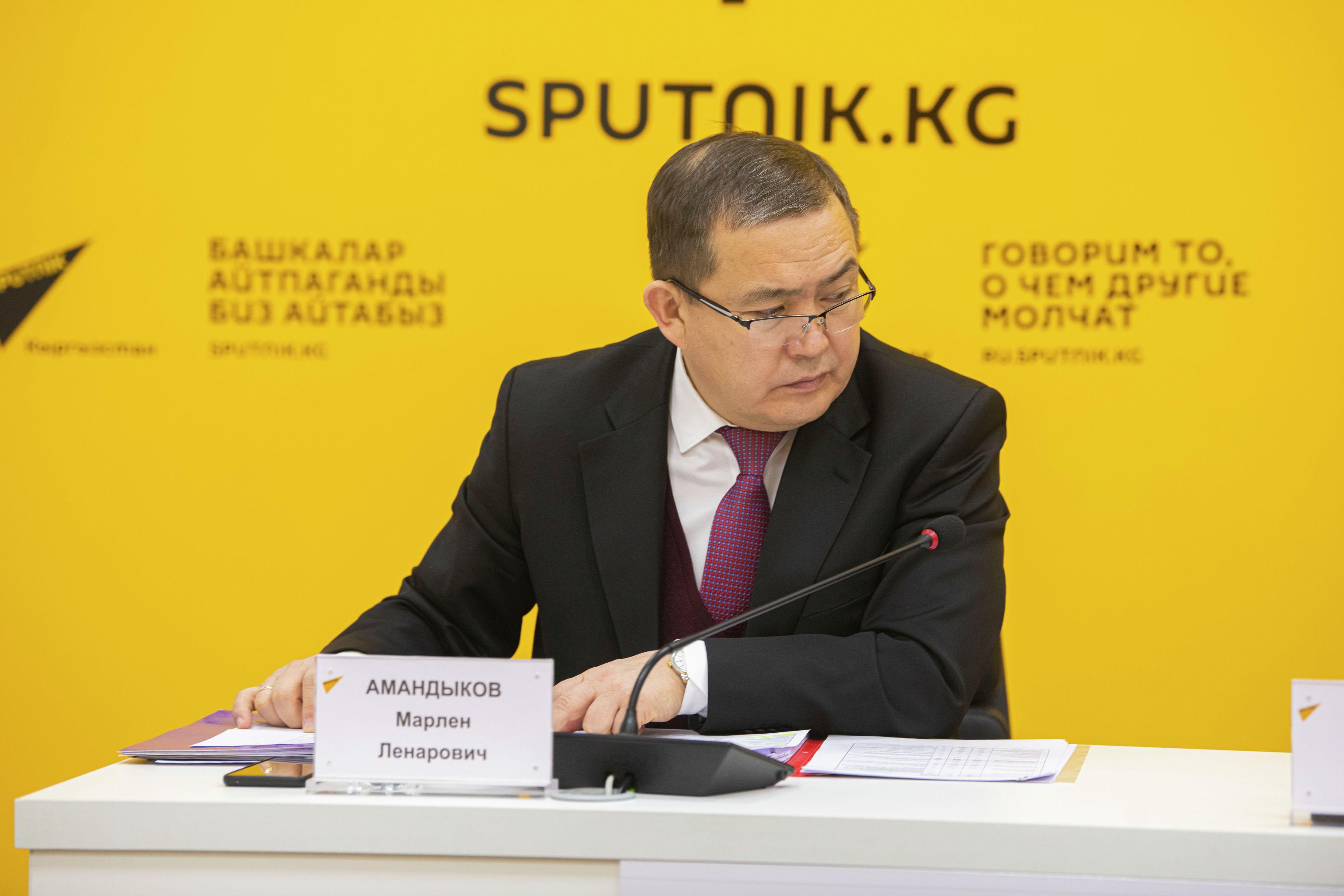Заместитель министра и директор центрального казначейства Марлен Амандыков на брифинге в пресс-центре Sputnik Кыргызстан
