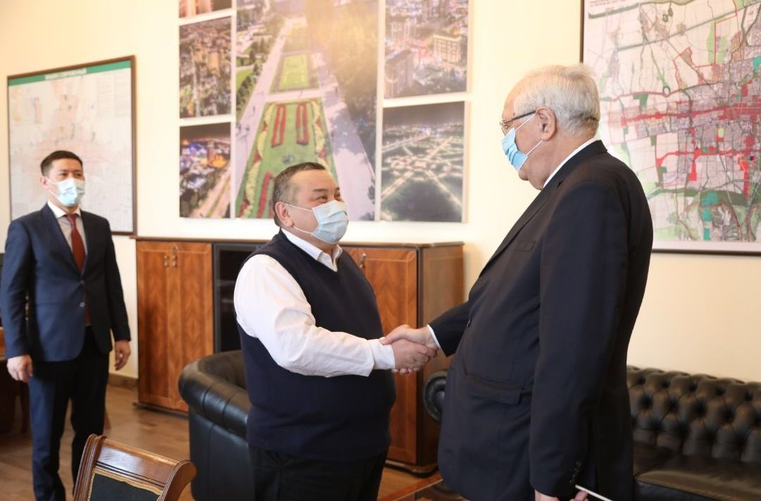 И.о. градоначальника Бишкека Балбак Тулебаев встретился с чрезвычайным и полномочным послом Азербайджанской Республики в КР Гидаятом Худуш оглы Оруджевым.