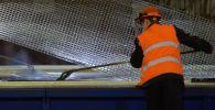 Рабочие в цеху горячего цинкования стальных конструкций на заводе. Архивное фото