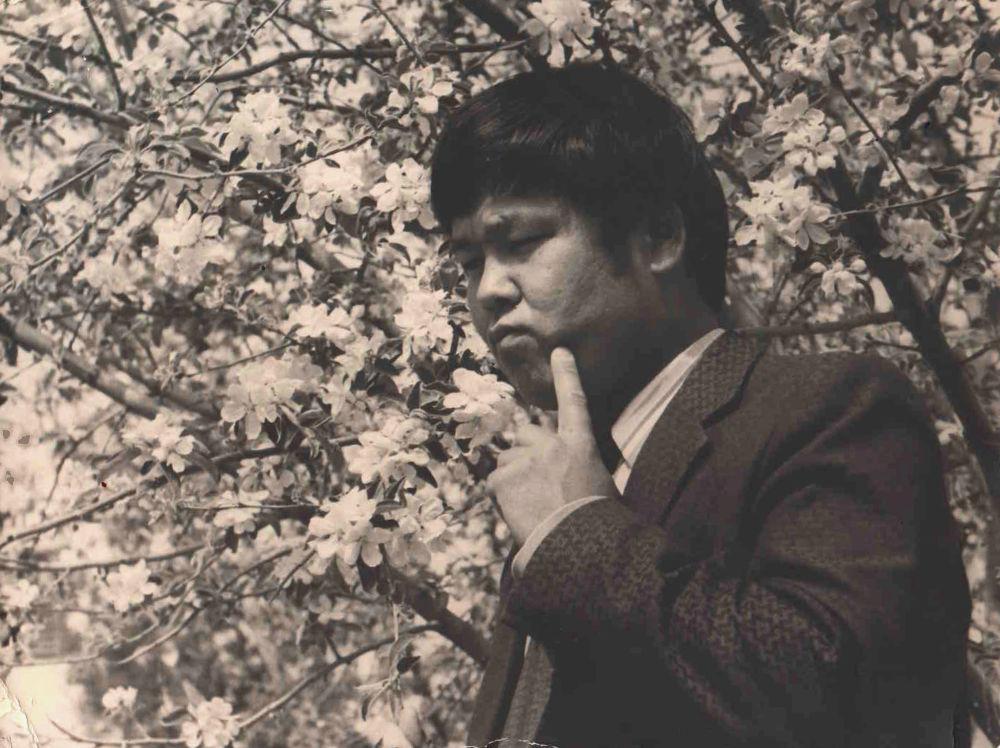 Токон Эшпаев бир үйдүн жалгыз уулу болгон. Анын көкүрөгүндөгү таланты ата-энесинин каршылыгына карабай музыкалык жогорку билим алууга түрткөн.