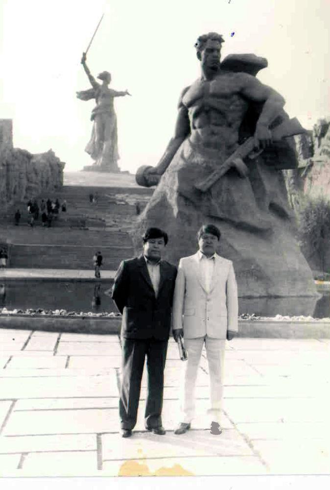 1987-жыл. Кыргыз циркинин мурунку директору Курмангазы Исанаев экөө дос болушкан. Андан тышкары, 1986-жылы Маданият министрлигинин алдындагы искусство мекемелеринин жетектөө боюнча жогорку курста бирге окушкан.