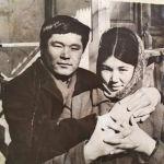 1967-жылы Ош шаарындагы Маданият үйүндө келечектеги жубайы Инават Камбаралиева менен таанышкан. Экөө студент кезде баш кошот.