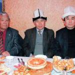 Кыргыз эл артисти Жолболду Алыбаев жана белгилүү обончу Абдыкерим Ахмедов менен түшкөн