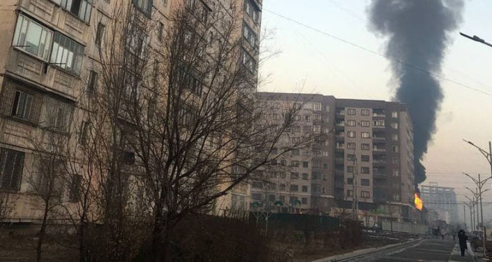 На кадрах виден огонь на крыше здания. Предположительно, возгорание началось в дымоходе.