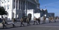 Возле Капитолия выставили баррикады и заграждения. Окна зданий, в том числе ведущих СМИ страны, заколачивают специальными щитами.