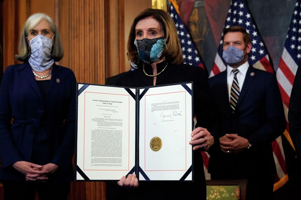 АКШ конгрессинин спикери Нэнси Пелоси Дональд Трампка импичмент жарыялоо боюнча кол коюлган документти көрсөтүүдө