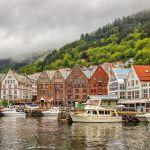 Вид на набережную в Бергене (Норвегия). Берген — второй по величине город страны и  расположен на западе, на берегу Северного моря в регионе Мидтхорланн. Набережная Бергена является одним из объектов Всемирного наследия ЮНЕСКО.