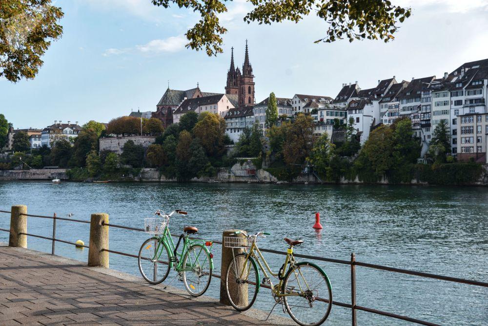 Набережная реки Рейн в Базеле (Швейцария). Город расположен на реке Рейн недалеко от границ с Францией и Германией. Сердце средневекового старого города — рыночная площадь, на которой возвышается ратуша XVI века из красного песчаника.