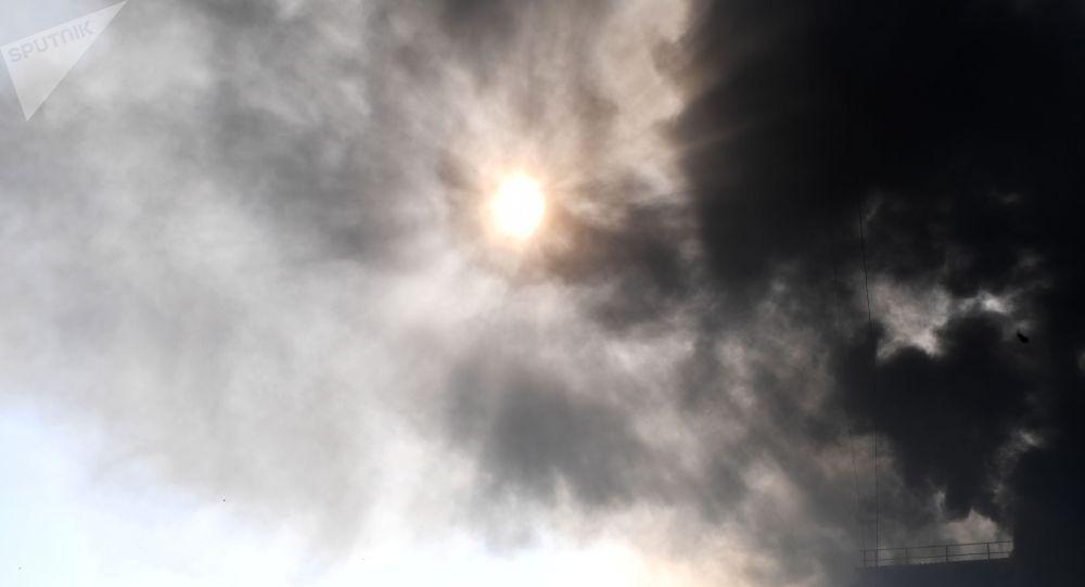 Клубы дыма от пожара в небе. Архивное фото