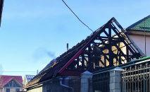 Последствия пожара в жилом доме в жилмассиве Алтын-Ордо в Бишкеке