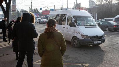 Люди ждут общественный транспорт на одной из остановок Бишкека