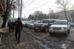 Пешеходы передвигаются по тротуару на улице Ахунбаева в Бишкеке
