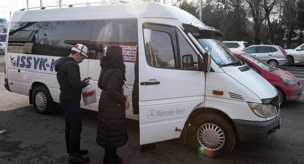 Пассажиры садятся в маршрутку. Архивное фото