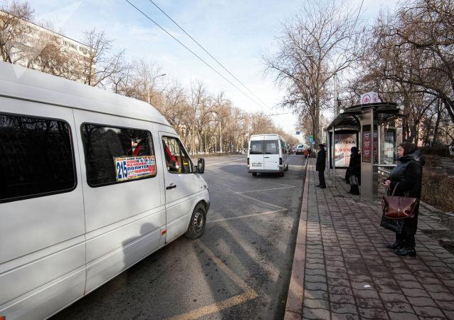 Маршрутки на остановке в Бишкеке. Архивное фото