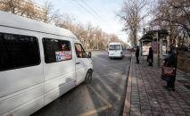 Люди ждут общественный транспорт на одном из остановок на улице Айтматова в Бишкеке